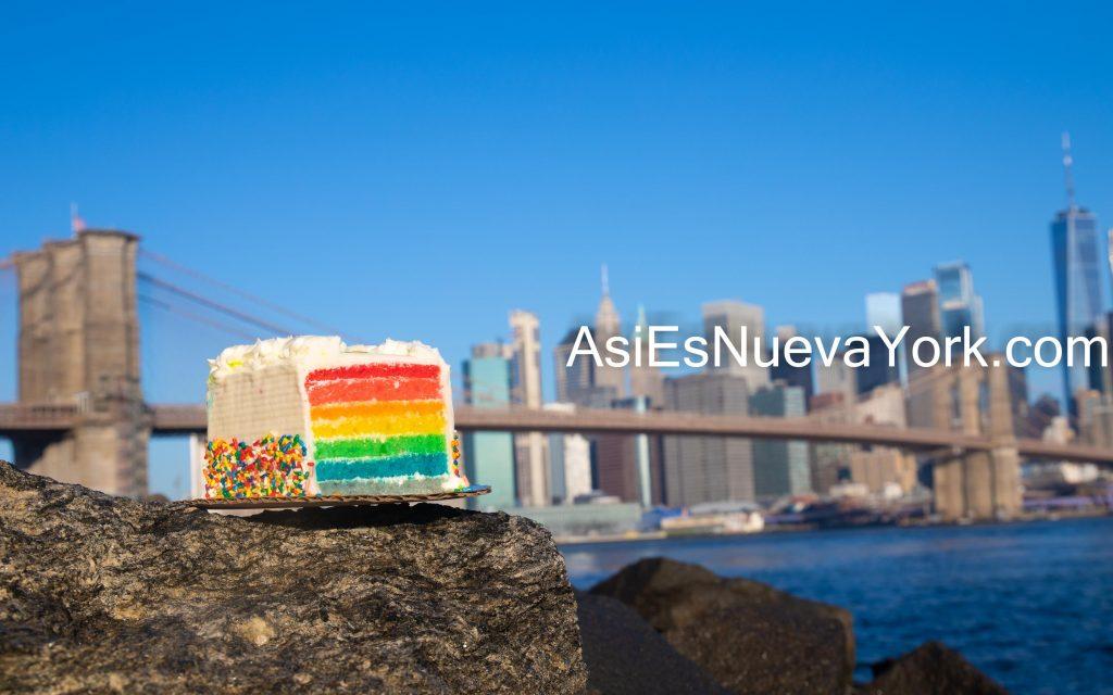Agosto de 2020. Brooklyn, Ciudad de Nueva York - Bajo Manhattan, Puente de Brooklyn y pastel de arco iris. Foto tomada en el Parque del Puente de Brooklyn. Foto por Javier Soriano/www.JavierSoriano.com