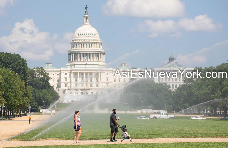 Miércoles 8 de julio de 2020. Washington, D. C., Estados Unidos de América – Pareja biracial caminando frente a El Capitolio de los Estados Unidos. Foto por Javier Soriano/www.JavierSoriano.com