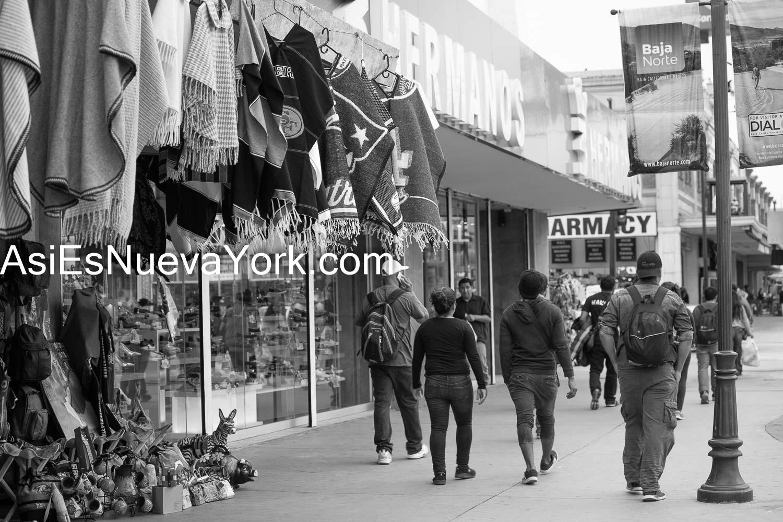 Diciembre de 2018. Tijuana, México - Inmigrantes de Centroamérica caminando por las calles de Tijuana.    Foto por Javier Soriano/JavierSoriano.com