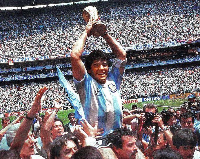 Maradona dando la vuelta olímpica en el Estadio Azteca con la Copa del Mundo en sus manos. Foto por El Gráfico / Wikipedia.org