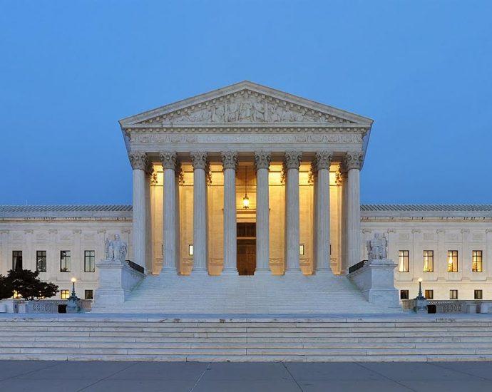 Panorama de la fachada oeste del edificio de la Corte Suprema de los Estados Unidos de América al anochecer en Washington, D.C., Estados Unidos de América. Foto por Joe Ravi. Licencia CC-BY-SA 3.0/wikipedia.org