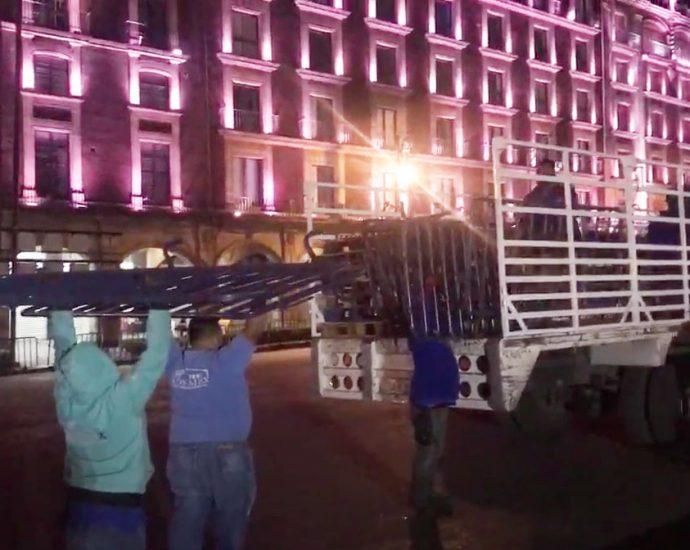 Lunes 23 de noviembre de 2020. Ciudad de Mexico - Personas retirando vallas que se encontraban en lo que fue el campamento del Frente Nacional Anti-Amlo (FRENA). Imagen tomada del video de Eli TV Oficial.