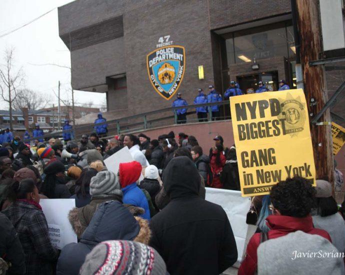 """FOTO DE ARCHIVO El Sábado 2 de Febrero de 2013, se realizó el primer aniversario del asesinato de Ramarley Graham. Ramarley era un joven de la raza Negra de 18 años de edad quien estaba desarmado y que fue asesinado por el oficial del departamento de policía de la Ciudad de Nueva York Richard Haste, delante de su abuela y su hermanito de seis años de edad en el baño de la casa de su familia. el 2 de febrero de 2012. La pancarta dice, """"NYPD: El grupo organizado de delincuentes más grande de Nueva York."""" Foto por Javier Soriano/www.JavierSoriano.com"""