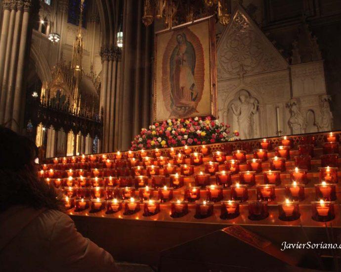 12 de diciembre de 2012. Manhattan, Ciudad de Nueva York – Una mujer reza a la Virgen de Guadalupe en la Catedral de San Patricio. Foto por Javier Soriano/JavierSoriano.com