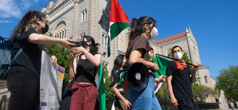 """Sábado 15 de mayo de 2021. Ciudad de Nueva York – Miles de personas Palestinas y personas que apoyan a Palestina se reunieron en Bay Ridge, Brooklyn, en la ciudad de Nueva York, para la manifestación """"NAKBA 73: DEFIENDE PALESTINA DESDE EL RÍO HASTA EL MAR."""" Después del mitin, los manifestantes marcharon por diferentes calles de Brooklyn hasta terminar en Sunset Park, en el mismo condado de Brooklyn. Mexicanos Unidos fue uno de los grupos que participaron en el mitin y marcha. Foto por Javier Soriano/www.JavierSoriano.com"""