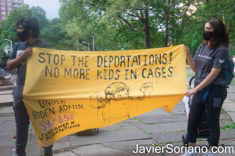 """Sábado 10 de julio de 2021. Ciudad de Nueva York – El sábado 10 de julio de 2021, la organización Autonomous Brown Berets Of NYC realizó tres marchas en tres diferentes condados en la ciudad de Nueva York. Las manifestaciones fueron para denunciar las 600,000 deportaciones y expulsiones de inmigrantes indocumentados por parte del gobierno de Joe Biden y Kamala Harris. ESTA FOTO: Gente en Grand Army Plaza, Brooklyn. La pancarta dice: """"¡Detengan las deportaciones! No más niñas/niños en jaulas. Bajo la administración de Biden 597,656 es el número confirmado de deportaciones (última actualización el jueves 24 de junio de 2021). Foto por Javier Soriano/JavierSoriano.com"""