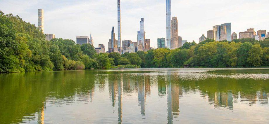 Jueves 19 de agosto de 2021. Ciudad de Nueva York – ¿Me gustaría vivir en la parte más alta del edificio más alto que se ve en esta foto? Podría ver el Parque Central en Manhattan todos los días. Foto por Javier Soriano/www.JavierSoriano.com